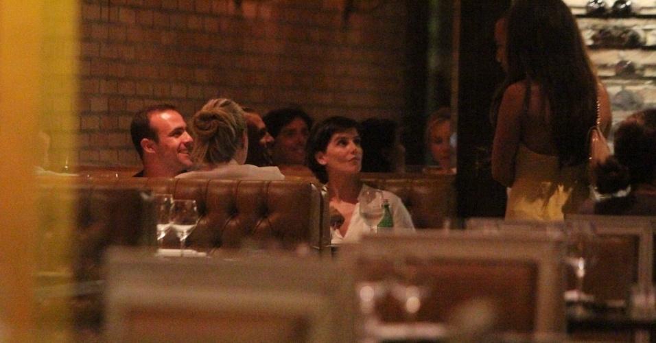27.fev.2013 - Deborah Secco e o marido Roger Flores jantam em restaurante no Barra Shopping, na Barra da Tijuca, Rio de Janeiro