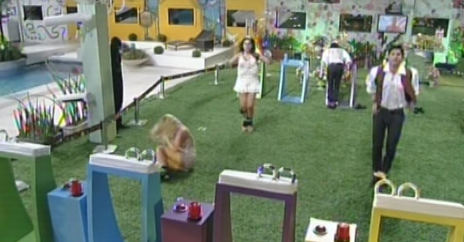 27.fev.2013 - Eliminada da prova por usar as mãos, Fernanda se desequilibra e cai, enquanto Nasser, Marcello e Andressa seguem com a prova
