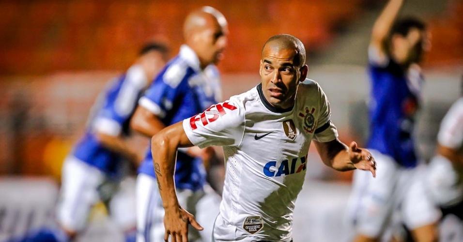 27.fev.2013 - Emerson observa jogada do Corinthians no jogo contra o Millonarios