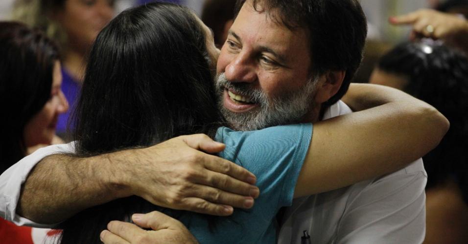 27.fev.2013 - Ex-tesoureiro do PT Delúbio Soares (centro), um dos réus condenados pelo STF no julgamento do mensalão,  abraça militante em evento de comemoração dos 30 anos da Cut (Central Única dos Trabalhadores), em um hotel na região central de São Paulo