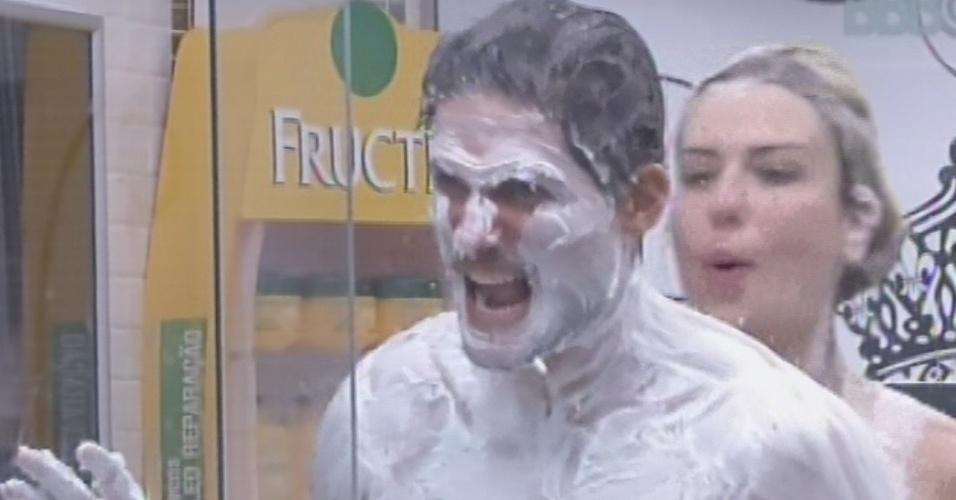 27.fev.2013 - Fernanda enche André de espuma de barbear e diz que bother é o abominável homem das neves
