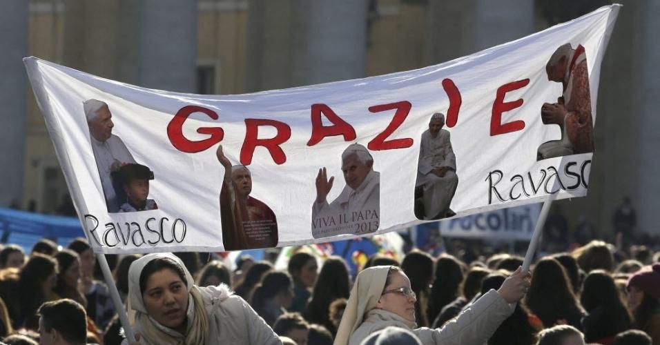 27.fev.2013 - Fiéis acompanham último sermão do papa Bento 16, na praça de São Pedro, no Vaticano