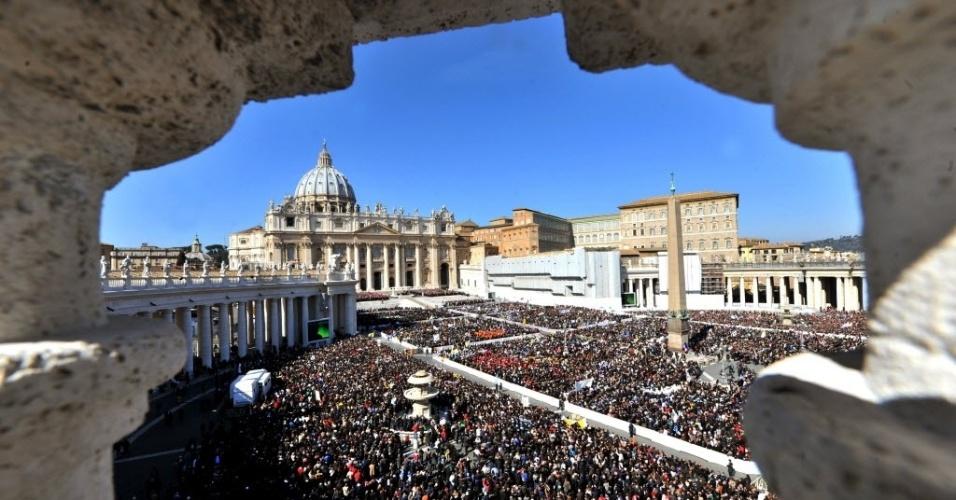 27.fev.2013 - Fiéis lotam praça de São Pedro, no Vaticano, durante o último sermão do papa Bento 16