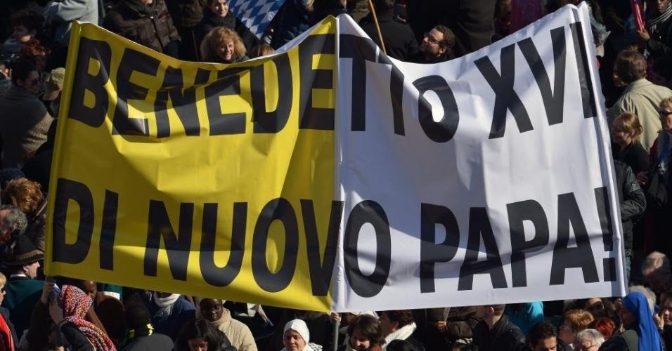 27.fev.2013 - Fiéis se aglomeram na praça de São Pedro, no Vaticano, para ouvir o último sermão do papa Bento 16, às vésperas de sua renúncia como líder da Santa Sé