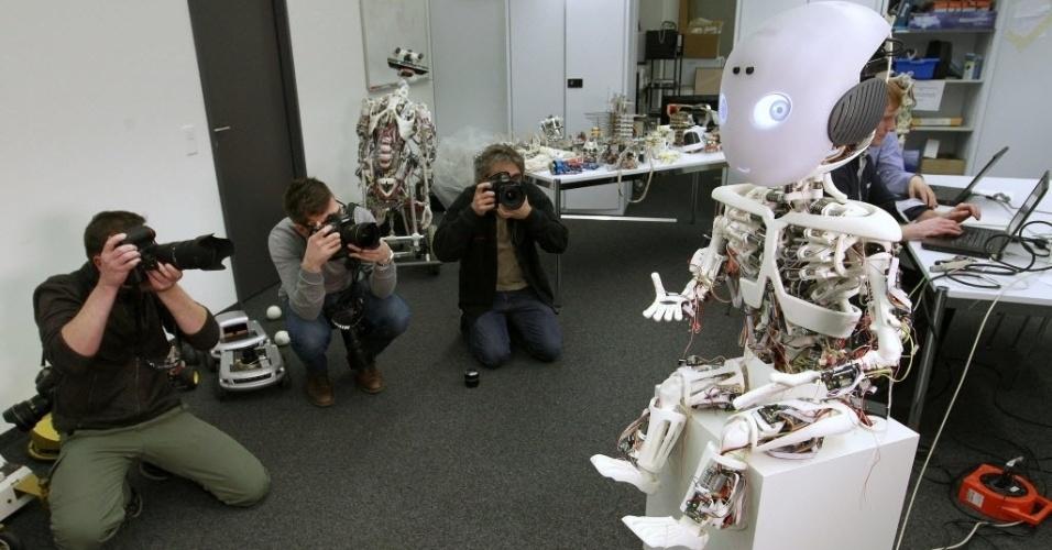 27.fev.2013 - Fotógrafos retratam o robô humanoide Roboy, apresentado a jornalistas nesta quarta-feira (27), no Laboratório Artificial da Universidade de Zurique, na Suíça