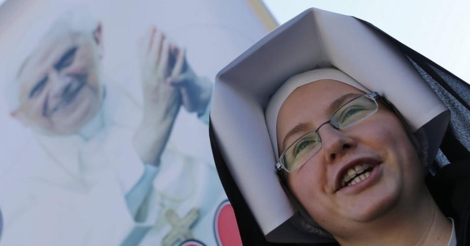 27.fev.2013 - Freira acompanha último sermão do papa Bento 16, na praça de São Pedro, no Vaticano