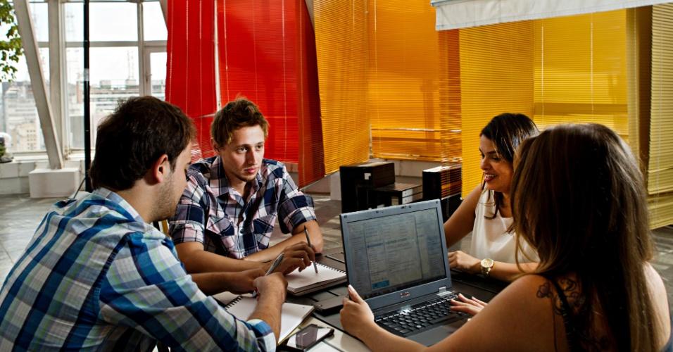 27.fev.2013 - Funcionários da área de marketing do site Buscapé fazem reunião em escritório multiuso