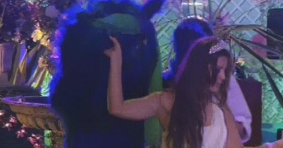 27.fev.2013 - Gato azul chega na festa Flores e Andressa o puxa para a pista de dança