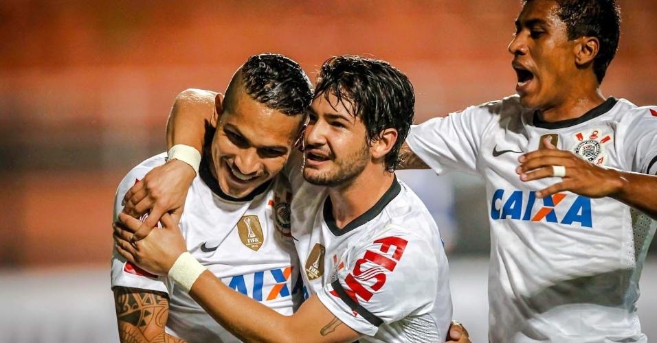 27.fev.2013 - Guerrero e Pato comemoram gol do peruano no jogo entre Corinthians e Millonarios