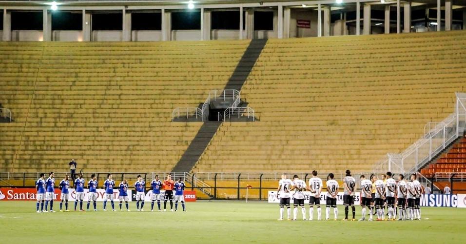 27.fev.2013 - Jogadores do Corinthians e Millonarios respeitam um minuto de silêncio em homenagem a Kevin Espada, que morreu no jogo entre San Jose e Corinthians na última semana