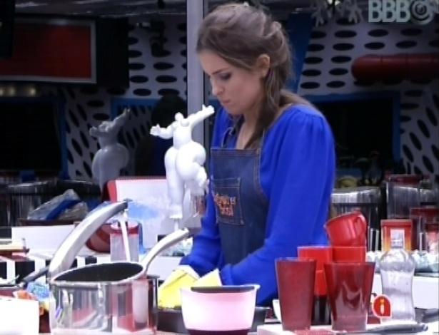 27.fev.2013 - Kamilla lava a louça durante a madrugada
