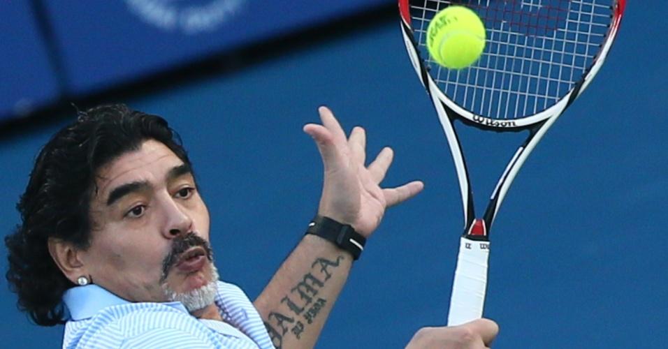 27.fev.2013 - Maradona joga tênis com o argentino Juan Martín Del Potro durante o Torneio de Dubai, nos Emirados Árabes Unidos