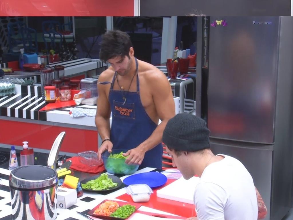 27.fev.2013 - Marcello e Nasser preparam o almoço juntos