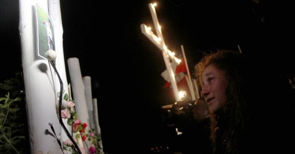 27.fev.2013 - Mulher participa de evento na cidade de Constitucion, no Chile, em homenagem às vítimas do terremoto seguido de tsunami que deixou mais de 500 mortos no país, em fevereiro de 2010