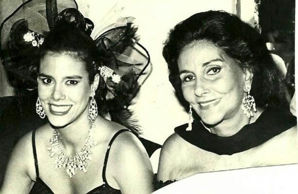 27.fev.2013 - Narcisa posa ao lado da mãe em foto antiga
