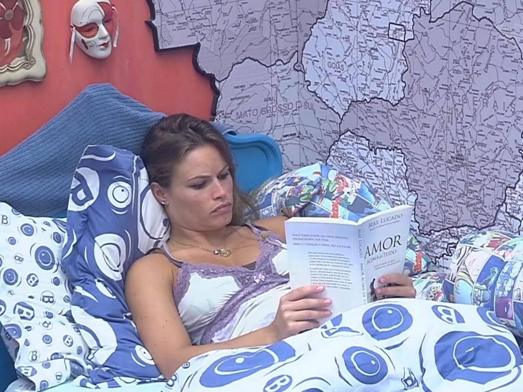 27.fev.2013 - Natália aproveita tarde tranquila para ler um livro