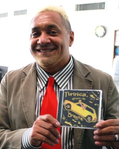 """27.fev.2013 - O cantor e deputado federal Tiririca (PR-SP) exibe no Comitê de Imprensa da Câmara dos Deputados seu novo CD, """"Direto de Brasilía (Estou no Poder)"""""""