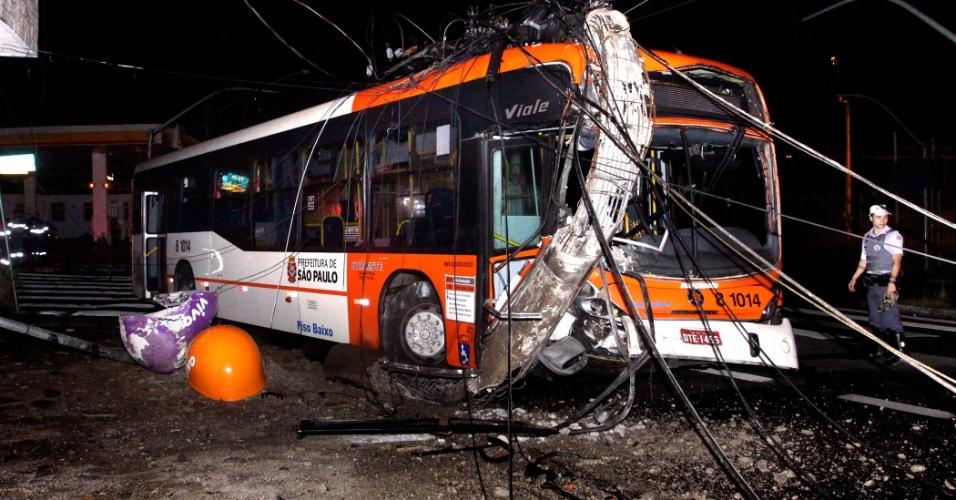 27.fev.2013 - Ônibus se choca e derruba poste na avenida Francisco Morato, na zona oeste de São Paulo, na madrugada desta quarta-feira (27). Uma pessoa ficou ferida no acidente