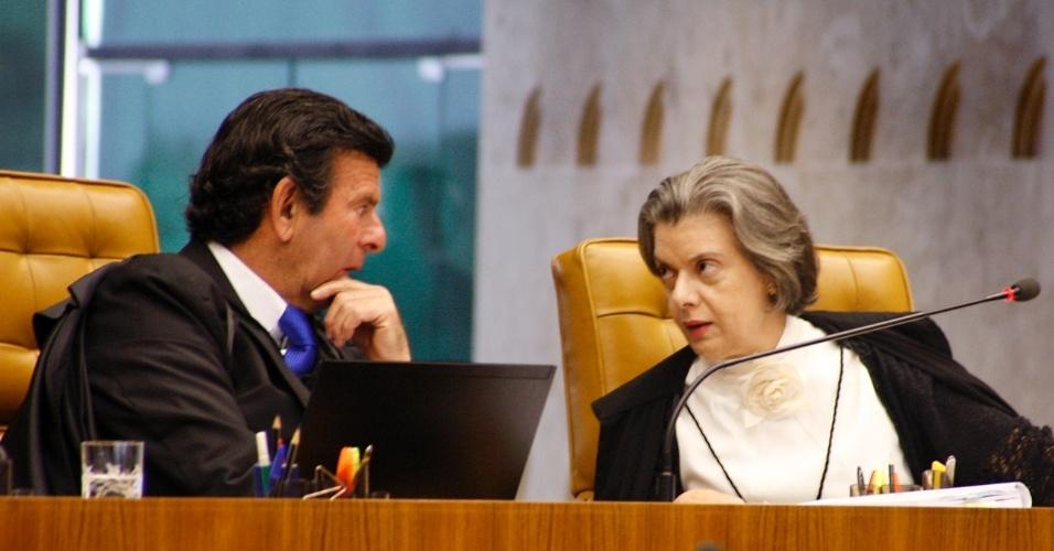 27.fev.2013 - Os ministros do STF (Supremo Tribunal Federal) Luiz Fux e Cármen Lúcia, durante sessão desta quarta-feira (27) que analisa liminar que obrigaria o Legislativo a votar, em ordem cronológica, 3.210 vetos presidenciais sem apreciação, acumulados desde 2000