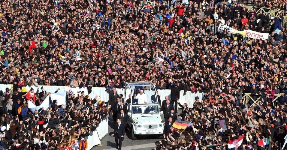27.fev.2013 - Papa Bento 16 (centro) acena para fiéis ao chegar na praça São Pedro, no Vaticano, onde fará seu último sermão como líder da Igreja Católica