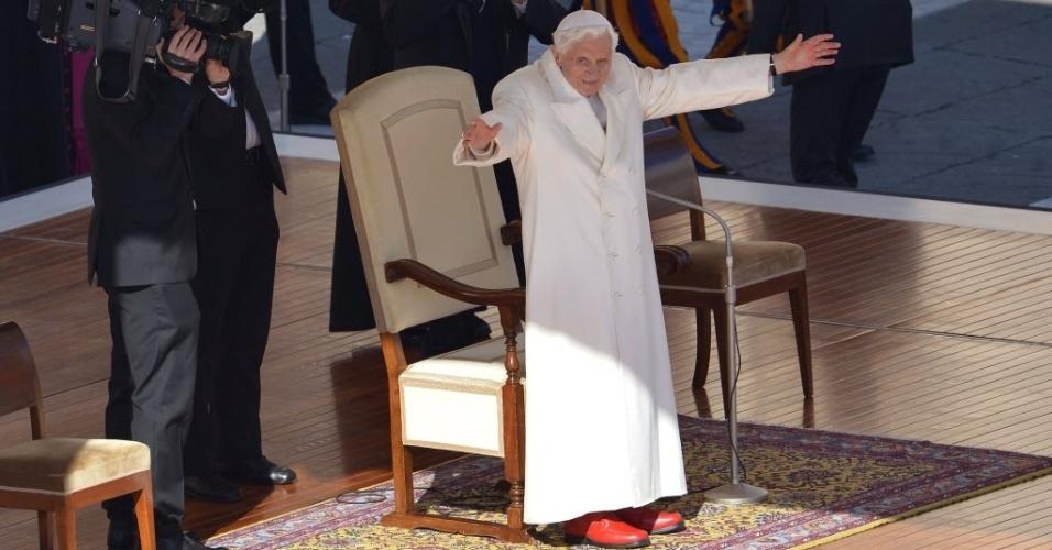 27.fev.2013 - Papa Bento 16 (centro) acena para fiéis do altar da praça de São Pedro, no Vaticano, onde o religioso fará seu último sermão como líder da Igreja Católica