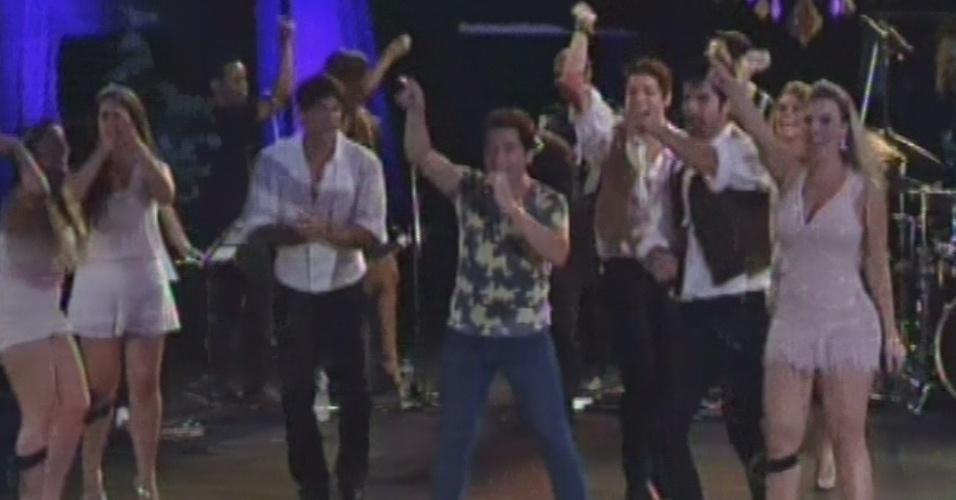 """27.fev.2013 - Participantes do """"BBB13"""" sobrem no palco com o cantor Daniel para cantar """"Eu Me Amarrei"""""""