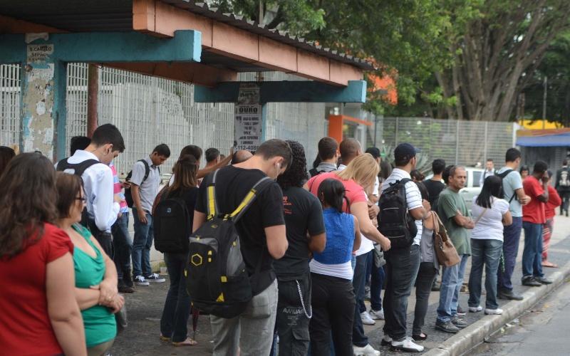 27.fev.2013 - Passageiros lotam ponto de ônibus na na Rua Padre Arlindo Vieira, no Sacomã, zona sul de São Paulo, na manhã desta quarta-feira (27)