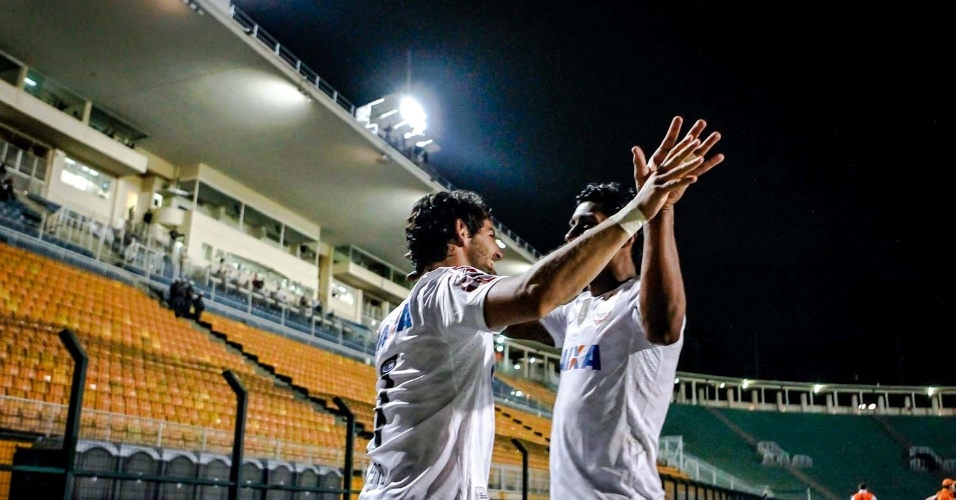 27.fev.2013 - Pato e Paulinho comemoram segundo gol do Corinthians com as arquibancadas vazias no Pacaembu
