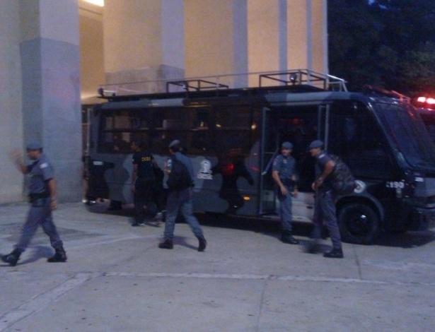 27.fev.2013 - Polícia chega ao Pacaembu para fazer segurança do jogo entre Corinthians e Millonarios