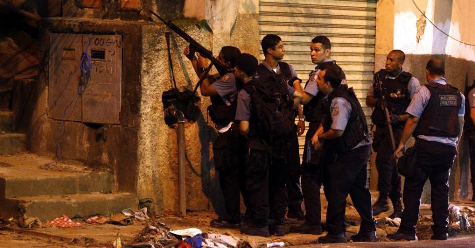27.fev.2013 - Policiais da UPP (Unidade de Polícia Pacificadora) do morro de São Carlos, na zona norte do Rio de Janeiro, trocam tiros com supostos criminosos do morro do Querosene. O tiroteio provocou o fechamento da rua Itapiru