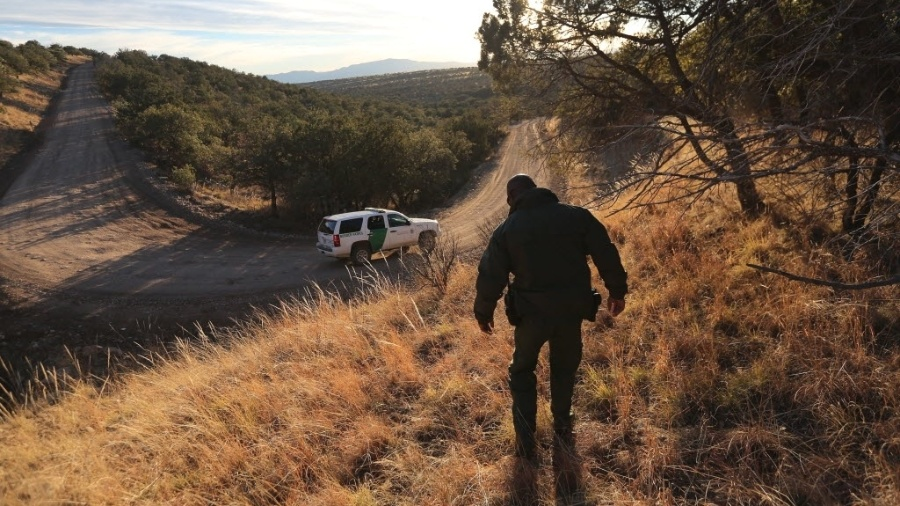 Trecho da fronteira dos EUA com o México tem pouca água e calor e frio intensos - John Moore/AFP