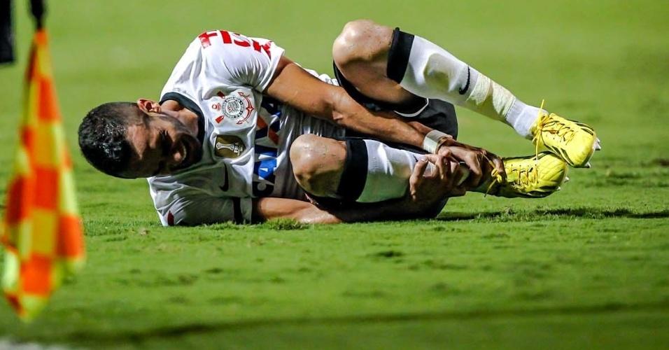 27.fev.2013 - Renato Augusto sente lesão após entrada de Martínez, que acabou com a expulsão do jogador do time colombiano