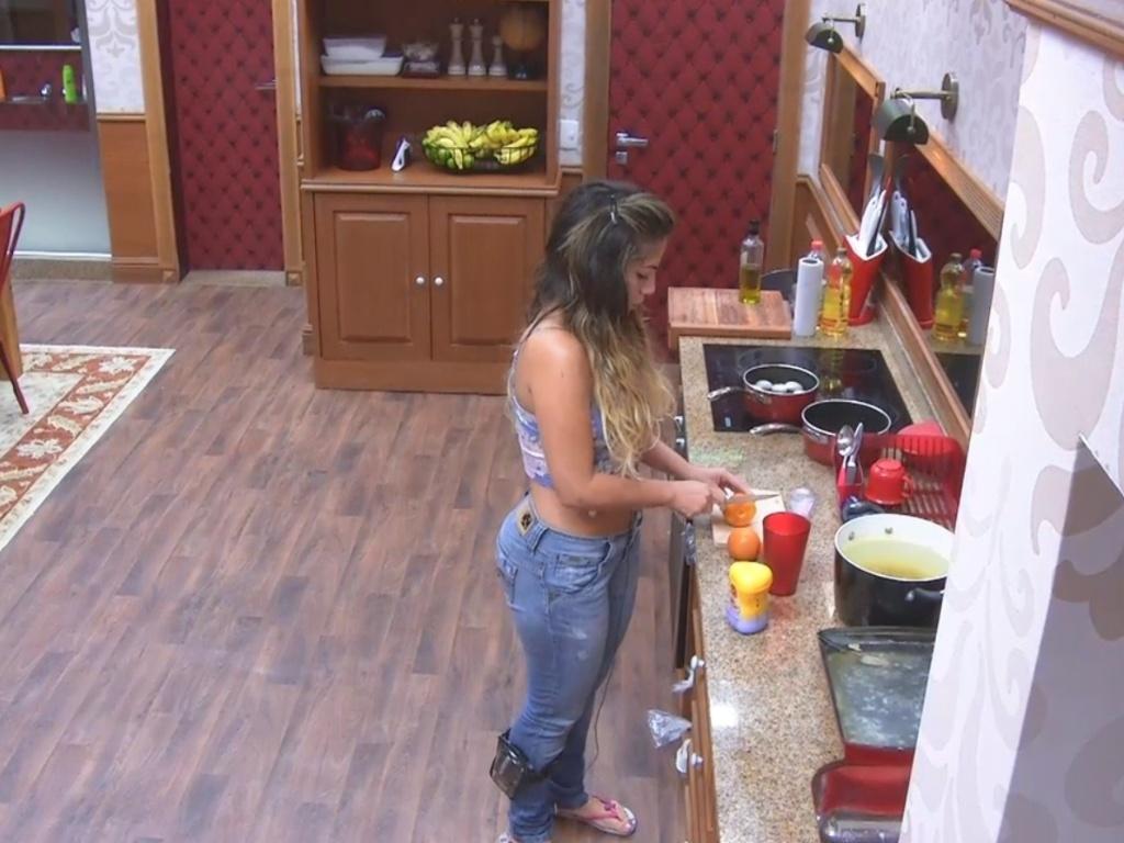 27.fev.2013 - Sozinha, Anamara prepara o almoço para o pessoal da xepa