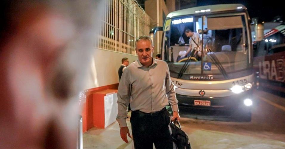 27.fev.2013 - Tite chega ao estádio para o jogo entre Corinthians e Millonarios na Libertadores
