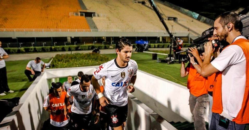 27.fev.2013 - Titular, Pato entra no Pacaembu vazio para o duelo entre Corinthians e Millonarios