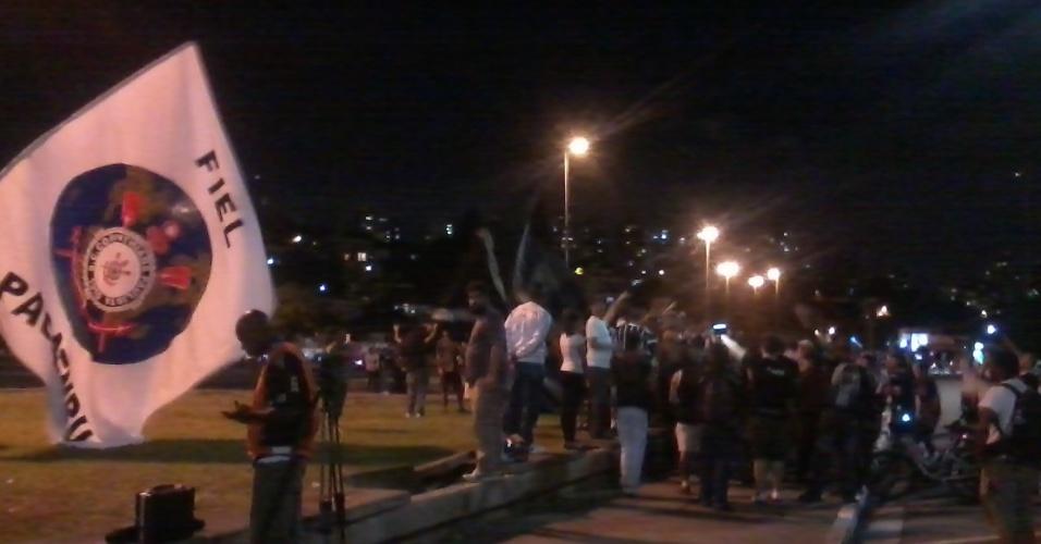 27.fev.2013 - Torcedores do Corinthians protestam em frente ao Pacaembu