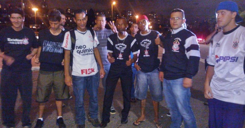 27.fev.2013 - Torcedores do Corinthians vão ao Pacaembu mesmo com portões fechados no estádio