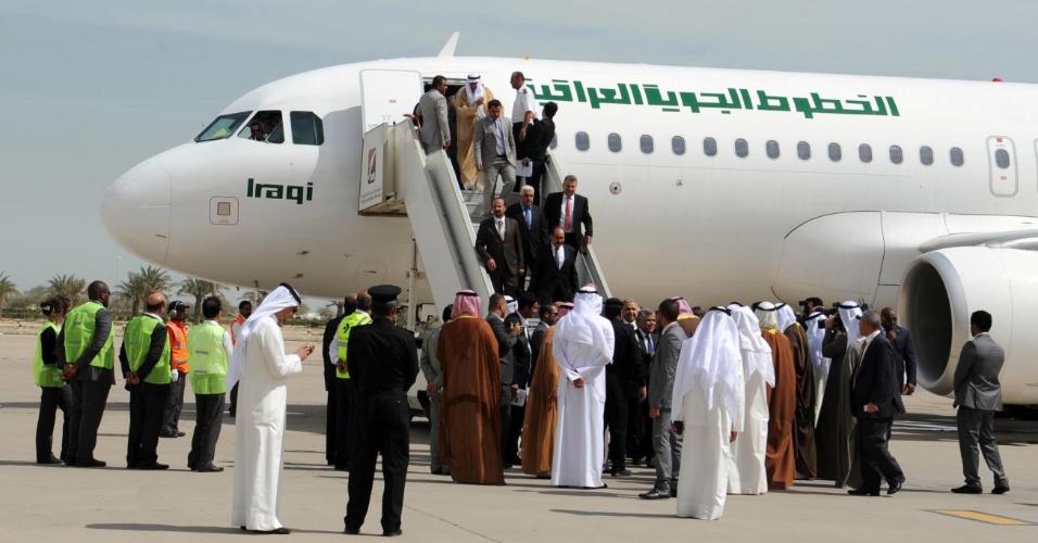 27.fev.2013 - Um avião da companhia iraquiana Iraqi Airways aterrissou esta quarta-feira (27) no Kuait pela primeira vez em 22 anos, depois que os dois países resolveram suas diferenças que remontam à invasão iraquiana do Kuait em 1990