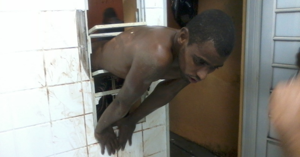 27.fev.2013 - Um rapaz de 23 anos ficou entalado na janela de uma creche de Jaboticabal (329 km de São Paulo) na madrugada desta quarta-feira (27). Segundo a polícia, o homem confessou que queria furtar objetos da creche