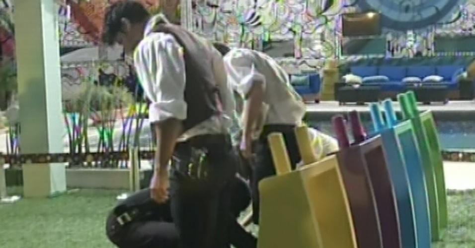 27.fev.2013 - Vetados por Fani, Nasser, Marcello, Fernanda e Andressa disputam para voltar à prova do líder. Um ninja os ajudou a amarrar uma fita nos pés