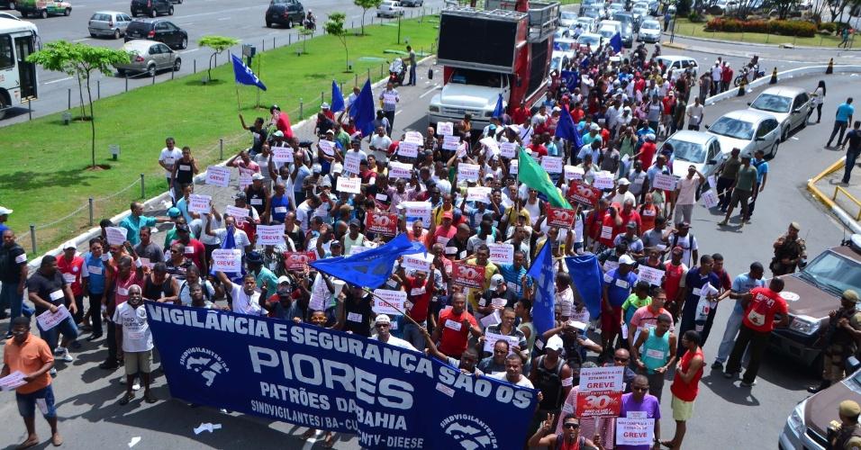 27.fev.2013 - Vigilantes de agências bancárias protestam na região do Iguatemi, em Salvador. A categoria exige receber o adicional de periculosidade aprovado por lei no ano passado. As agências bancárias optaram por fechar as portas e algumas empresas tiveram o funcionamento alterado devido à paralisação