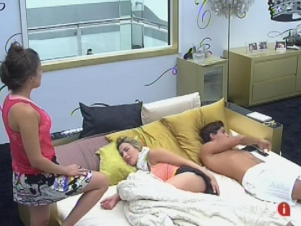 27.fev.2013 -Kamilla, Fernanda e Andréconversam sobre vetos no quarto do líder