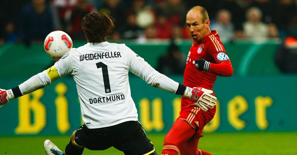 27.fev.2013 - Atacante holandês Robben finaliza durante partida entre Bayern de Munique e Borussia Dortmund pela Copa da Alemanha