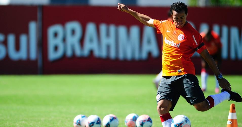 Centroavante Leandro Damião em treino do Inter no CT do Parque Gigante (27/02/2013)