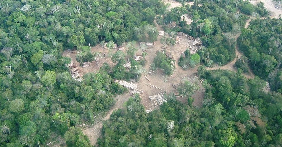 fev.2013 - O Ibama apreendeu cerca de 8.000 metros cúbicos de madeira ilegal (320 caminhões cheios), quatro motosserras, dois geradores e desativou cinco portos clandestinos de embarque de toras ao longo dos rios Curuatinga e Curuá-Una, a 170 quilômetros de Santarém, no oeste do Pará. Na ação, dezenas de acampamentos de madeireiros também foram localizados e desmontados no interior da floresta