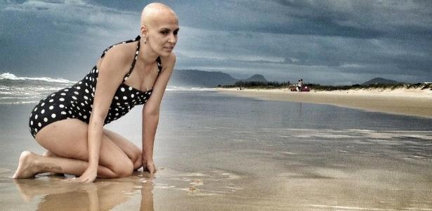 Flavia Schneider Flores Lopes durante um ensaio de fotos para atualizar sua fanpage no Facebook