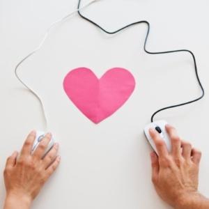 """Os pesquisadores creditam o sucesso desses relacionamentos iniciados online à maior motivação das pessoas na internet de encontrar """"""""amores verdadeiros""""""""  - Getty Images"""