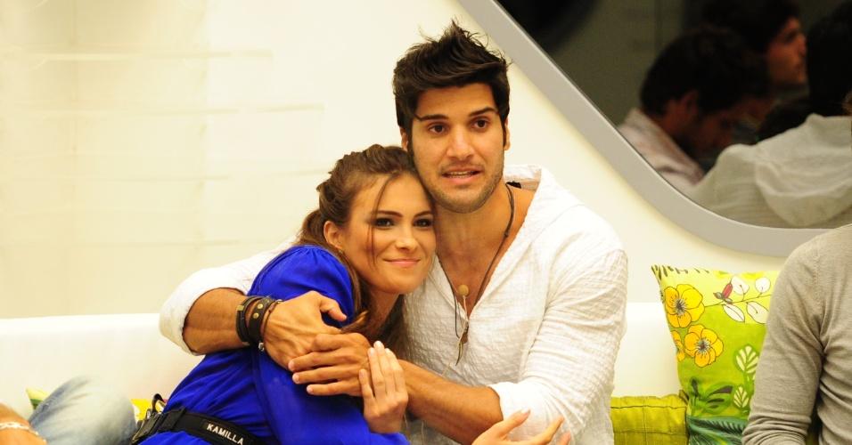 26.fev.2013 - Marcello abraça Kamilla e diz que ela é a pessoa por quem mais tem carinho na casa