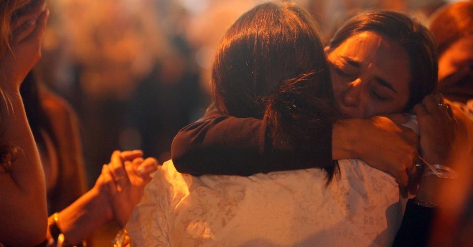 27.fev.2013 - Familiares e amigos das vítimas do incêndio na boate Kiss, em Santa Maria (RS), caminharam juntos até a Igreja Nossa Senhora de Fátima, onde ocorreu uma celebração em memória das vitimas da tragédia, que completou um mês nesta quarta-feira (27)