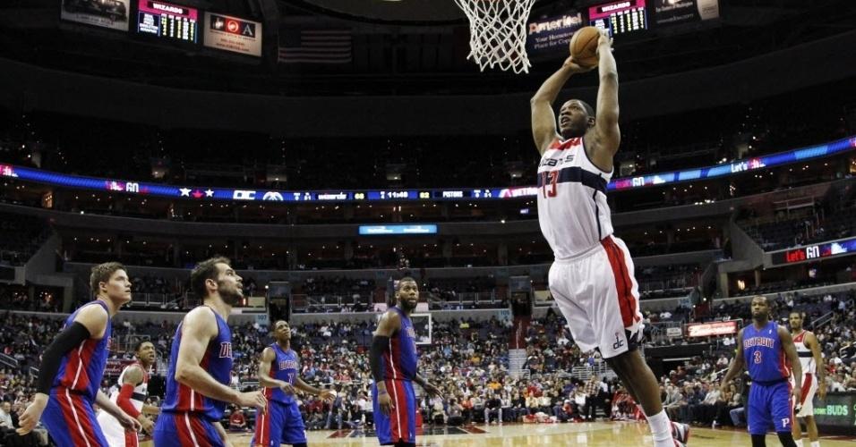 27.fev.2013 - Kevin Seraphin deu bela enterrada, mas os Wizards perderam para os Pistons em casa
